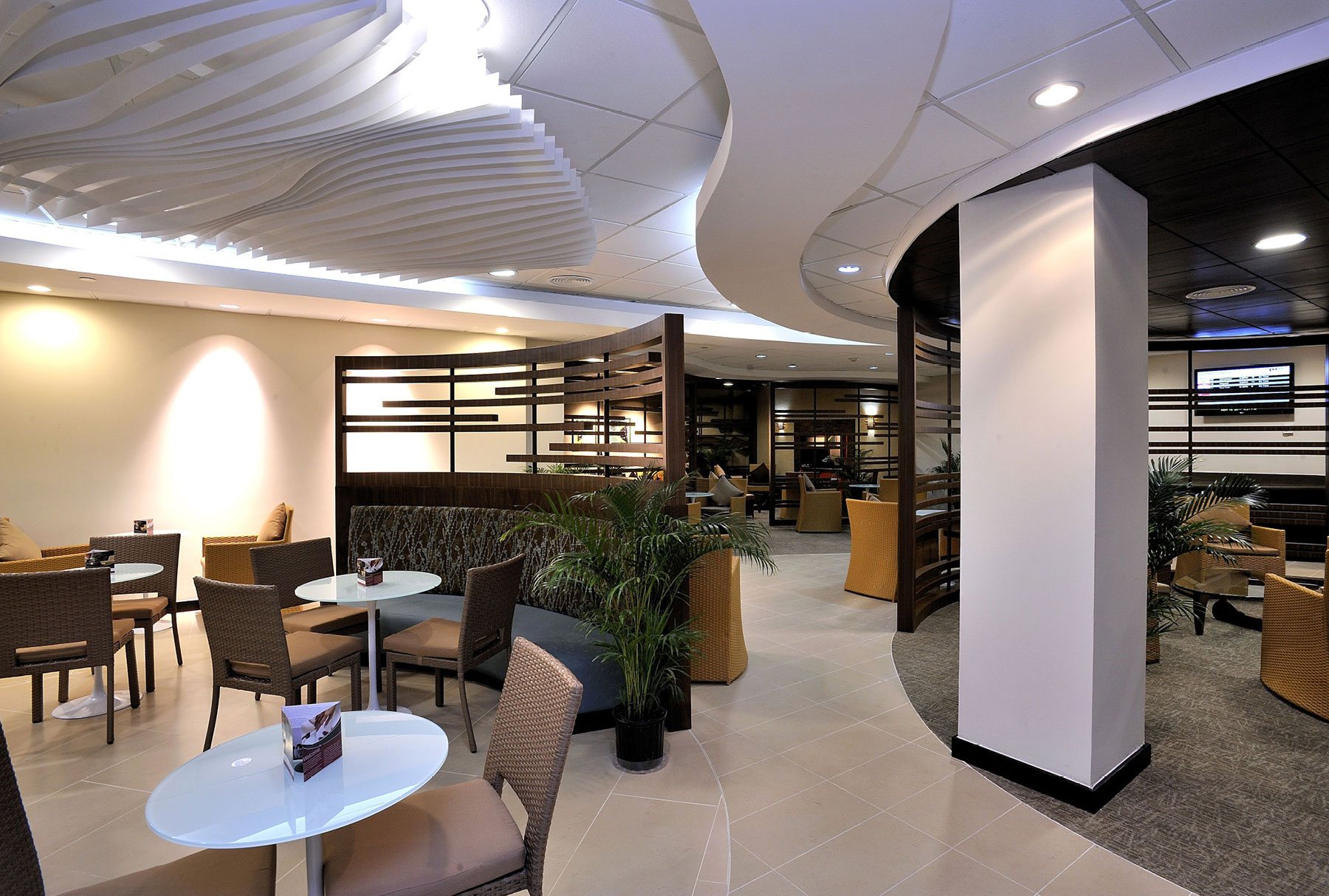 Arktura Atmosphera® Contour installed in restaurant